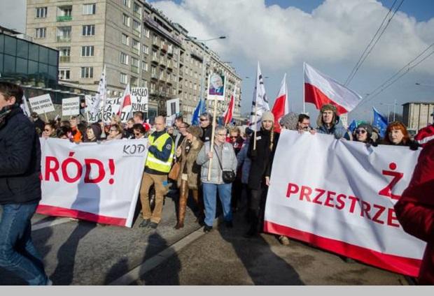 Politycy w marszu Komitetu Obrony Demokracji