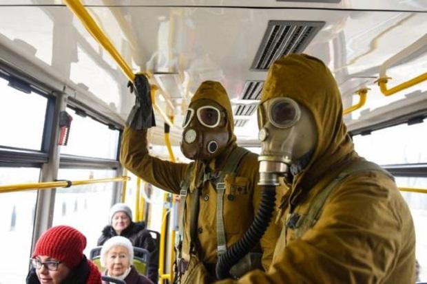 W maskach gazowych na przystanku tramwajowym