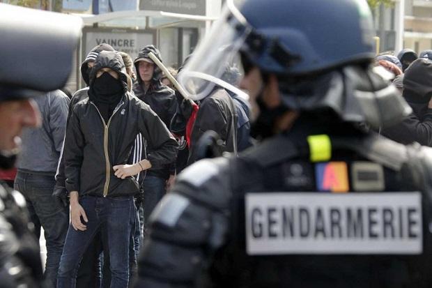 Starcia policji z protestującymi przeciwko imigrantom we francuskim Calais