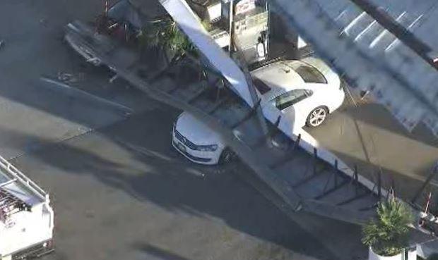 Na stacji benzynowej zawalił się dach (wideo)