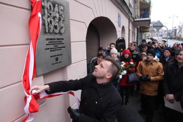 W Ełku odsłonięto tablicę upamiętniającą ofiary UB