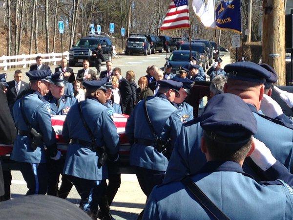 Poruszający pogrzeb zabitego policjanta. Hołd oddały mu tysiące (wideo)