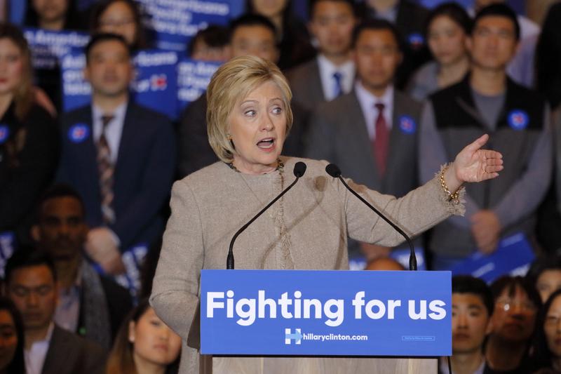 Clinton: walka z dżihadystami z powietrza i online
