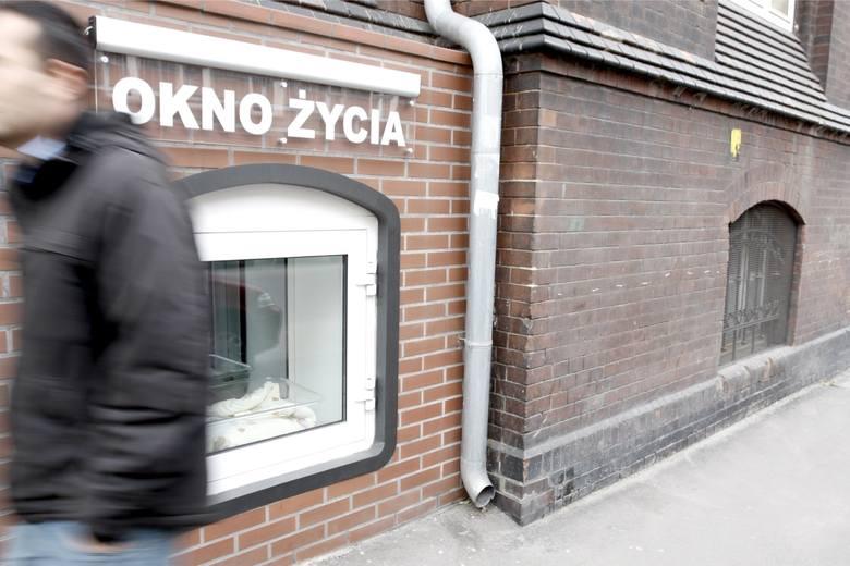 Niemowlak uratowany w oknie życia w Warszawie