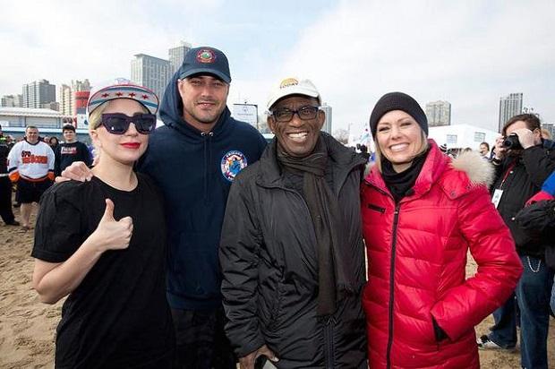 Lady Gaga , Taylor Kinney i Al Roker wśród uczestników Chicago Polar Plunge 2016