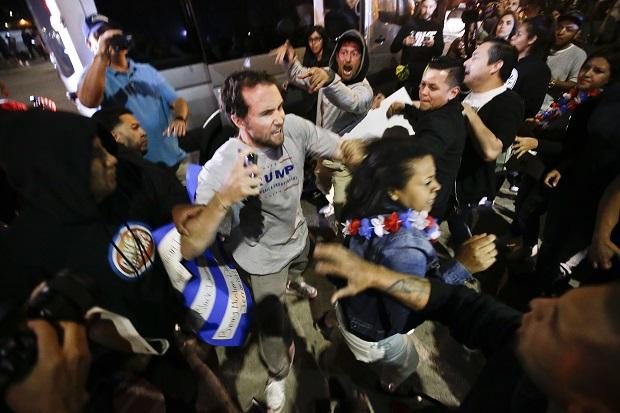 """Zamieszki na wiecu Donalda Trumpa w Kalifornii. """"Rasiści, idźcie do domu!"""" – krzyczeli demonstranci"""