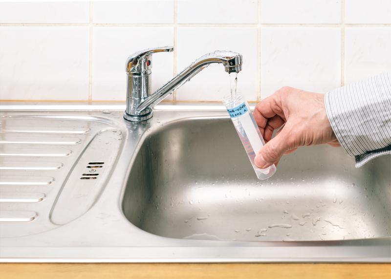 Woda nadal skażona ołowiem. Firma Aqua radzi jak ją oczyścić