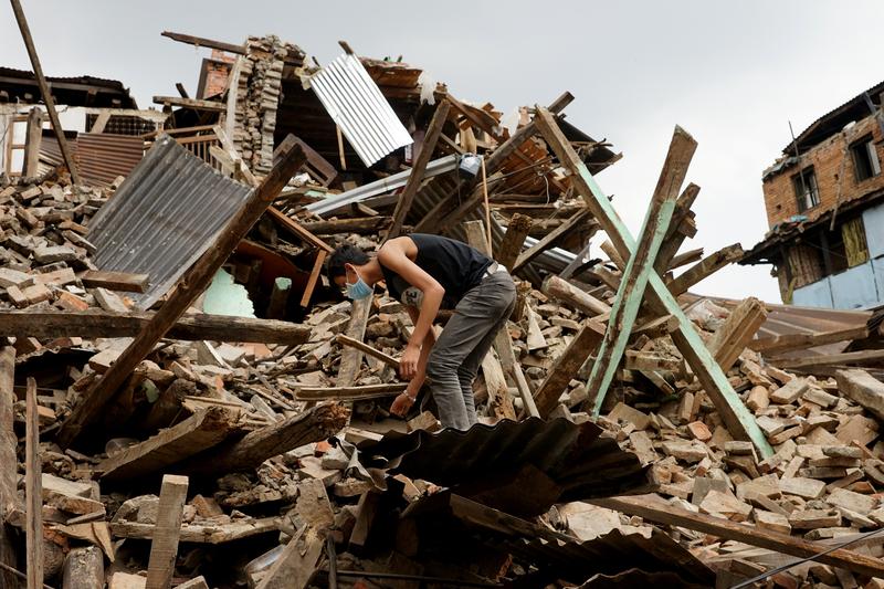 Rok temu Nepal nawiedziło trzęsienie ziemi – zginęło ponad dziewięć tysięcy ludzi