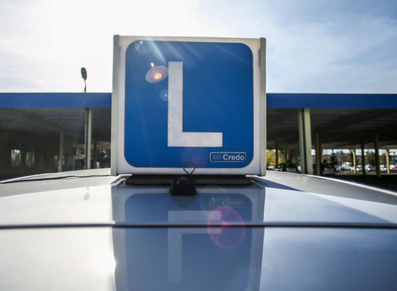 Obowiązkowe naklejki na auta. Nowy pomysł ministerstwa infrastruktury