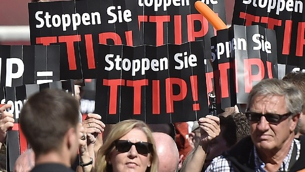 People protest against the Transatlantic Trade and Investment Partnership (TTIP) with the USA at the final election party of the Christian Democratic Union (CDU) prior Sunday's EU Parliament elections in Duesseldorf, Germany, Friday, May 23, 2014. (AP Photo/Martin Meissner)(AIP)