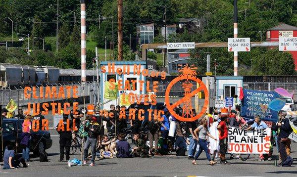 Aktywiści zablokowali tory przy rafineriach. 52 osoby aresztowane