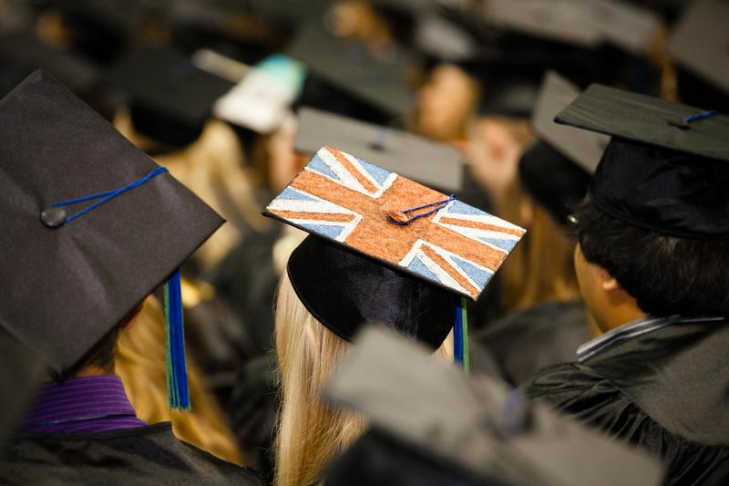 Brytyjscy absolwenci wyższych uczelni wkraczają w życie z ogromnymi długami