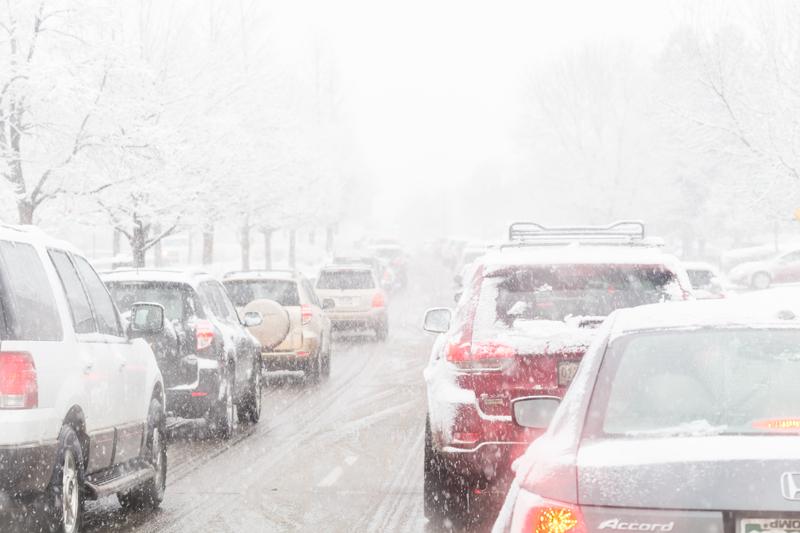 Zmiana prawa, kierowcy mogą już rozgrzewać samochód na własnym podjeździe