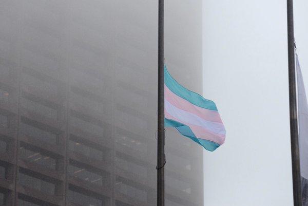 Flaga transpłciowej dumy nad bostońskim ratuszem
