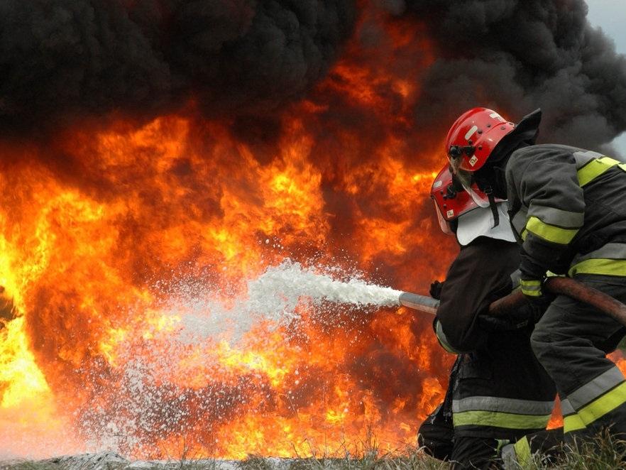Kalifornia: Tysiące strażaków walczy z groźnymi pożarami lasów