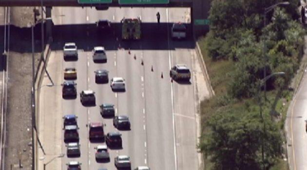 Kawałki mostu spadające na jezdnię utrudniły ruch na Eisenhower