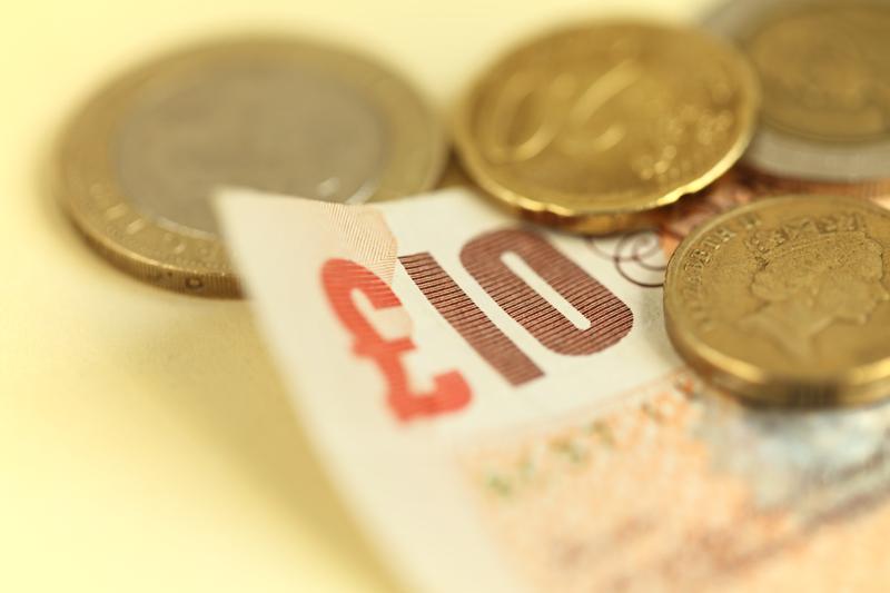 Brytyjski funt odrabia straty