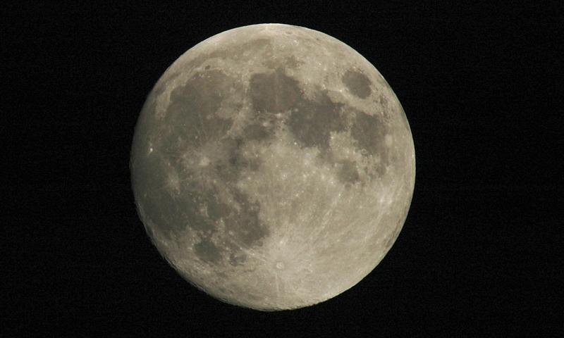 Chiński satelita zbada ciemną stronę Księżyca