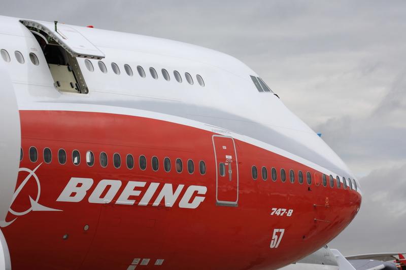 Uciekający przed policją mężczyzna wjechał w bramę przed fabryką Boeinga