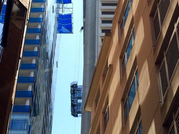 Utknęli kilkadziesiąt metrów nad ziemią. Strażacy uratowali pracowników myjących okna