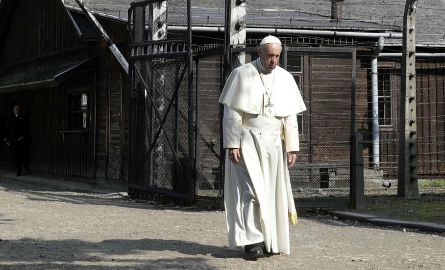 """""""Panie, miej litość nad Twoim ludem! Panie, przebacz tyle okrucieństwa"""". Papież Franciszek w Auschwitz-Birkenau"""