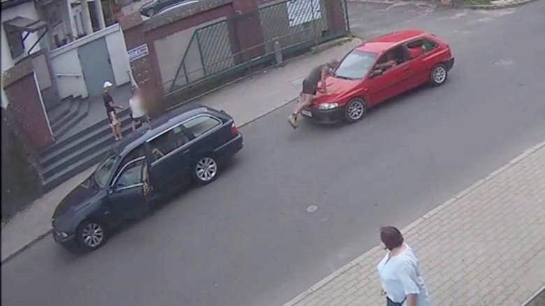 Próbował przejechać kierowcę. Szaleniec za kierownicą w Lubaniu (video)