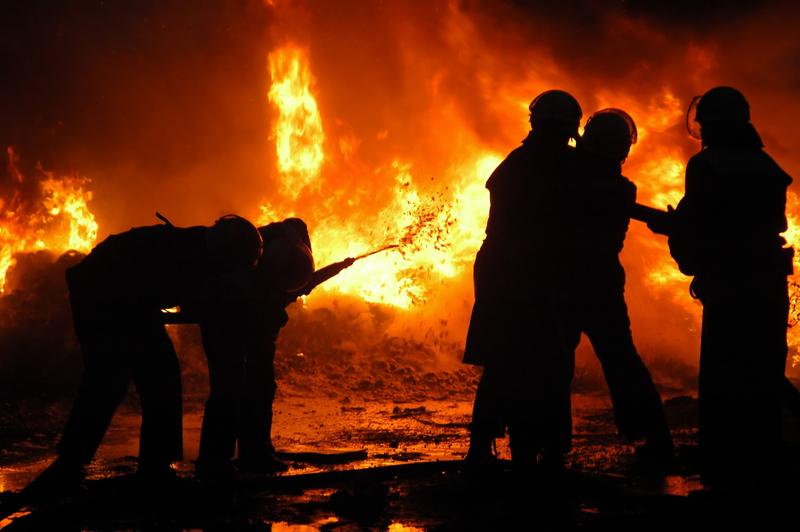 W gaszeniu pożarów w północnej Kalifornii pomagają … więźniowie