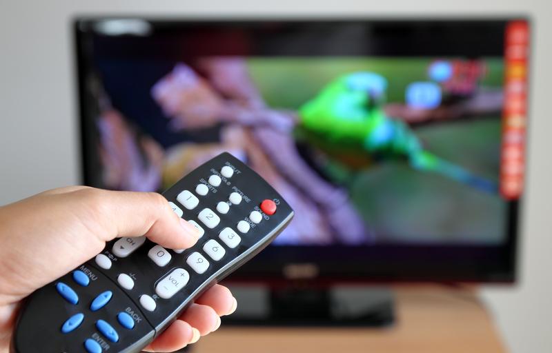 Polacy spędzają coraz więcej czasu przed telewizorem