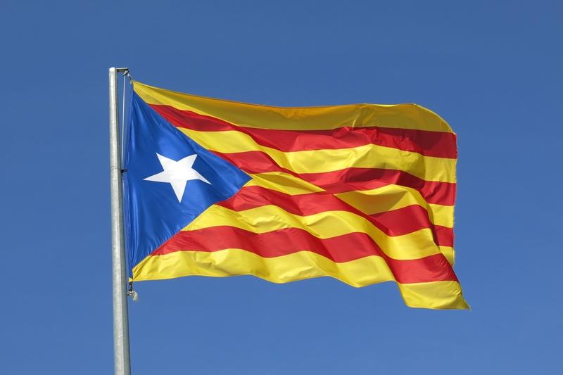 Kataloński parlament za niepodległością, a hiszpański Senat przyjął dokument pozwalający na zawieszenie katalońskiej autonomii