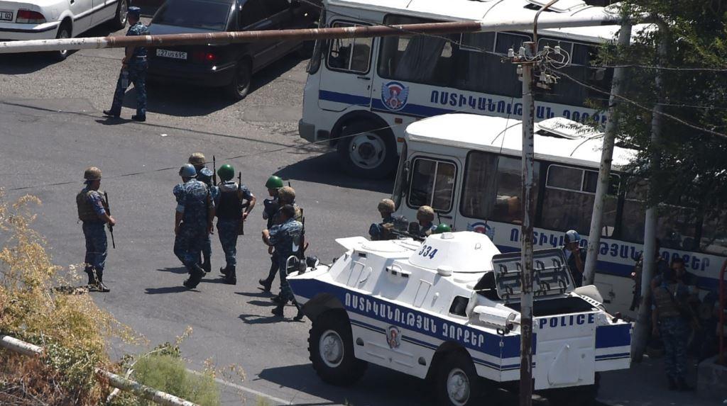 Terroryści nadal okupują budynek policji w Erywaniu