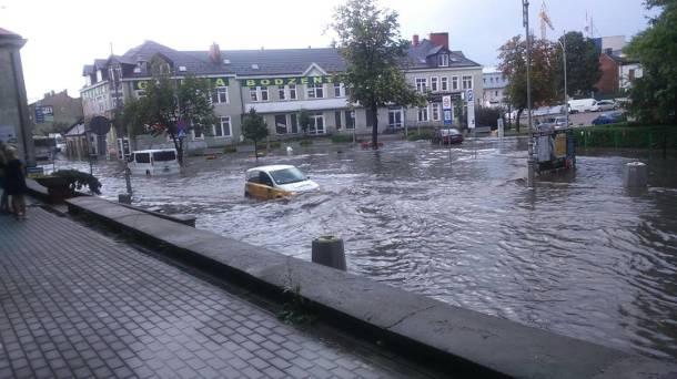 Tropikalna ulewa z gradobiciem zalała Kielce