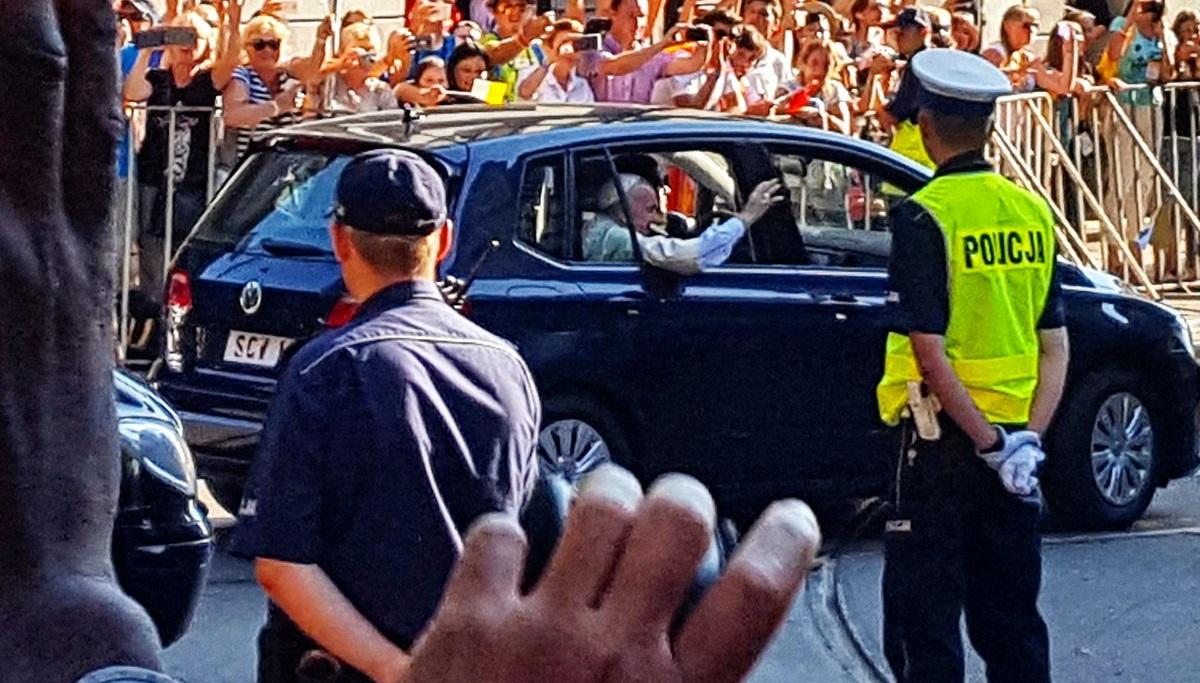 Dlaczego papież Franciszek w Polsce jeździ Volkswagenem Golfem?