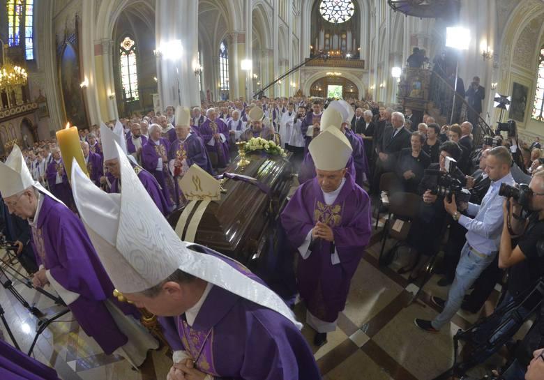 Pogrzeb apb Zimowskiego w Radomiu. Ciało spoczęło w katedrze