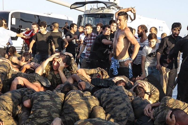 Turcja: Tłum nie dał szans młodemu żołnierzowi – miał niemal odciętą głowę…