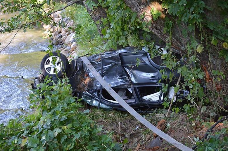 Samochód przeleciał nad rzeką – kobieta opuściła pojazd o własnych siłach!
