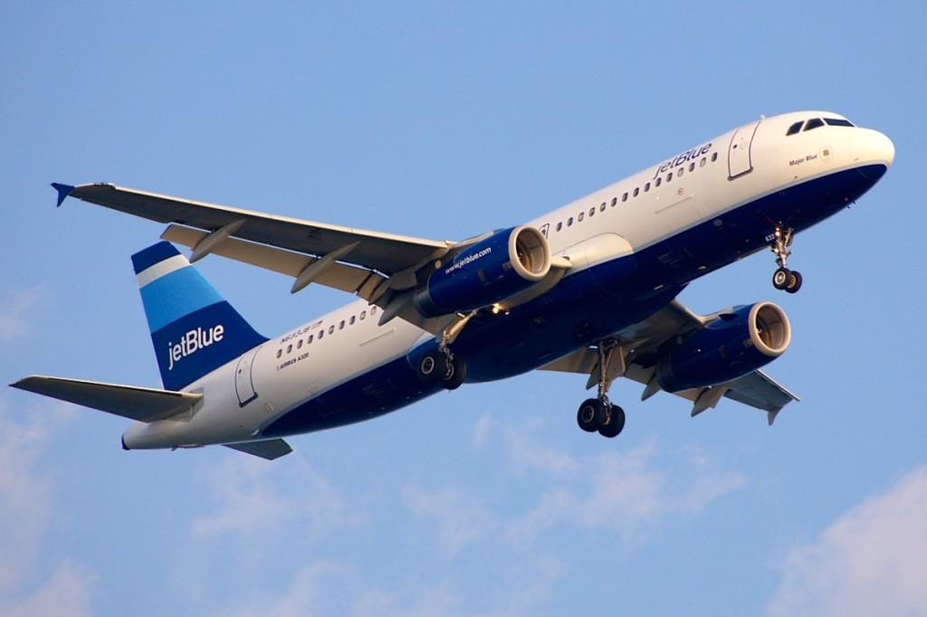 Samolot JetBlue Airways ześlizgnął się z drogi kołowania na lotnisku w Bostonie