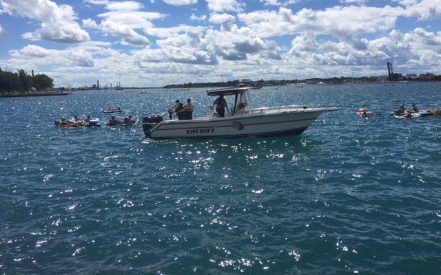 Mieli pływać w Michigan, nagle znaleźli się w Kanadzie. Przyczyną silny wiatr