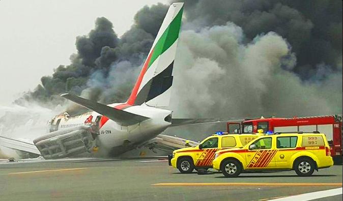 Awaryjne lądowanie na lotnisku w Dubaju. Boeing 777 stanął w płomieniach