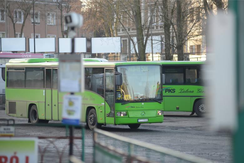 Kierowca autobusu zasłabł. Jeden z pasażerów chwycił za kierownicę