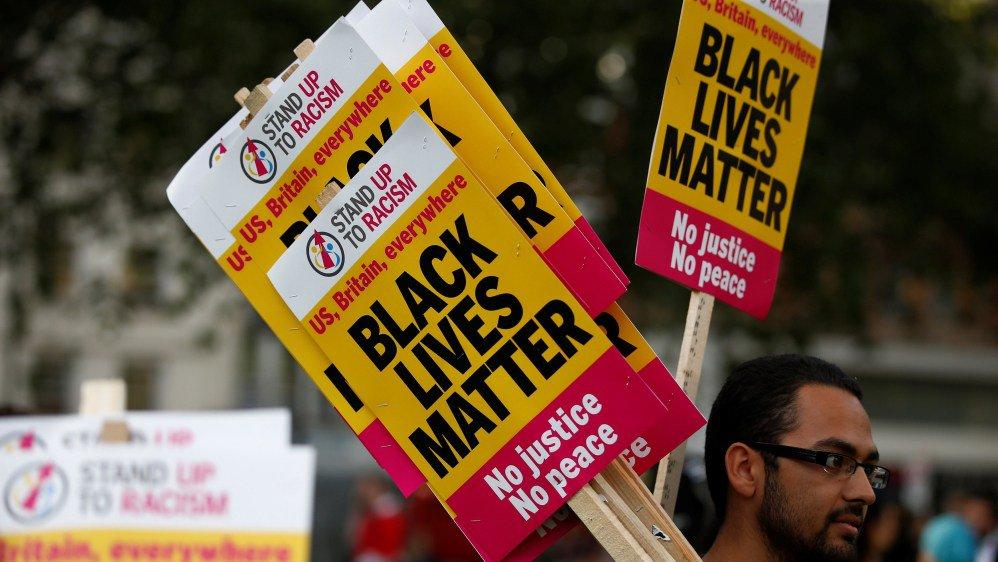 """""""Black Lives Matter"""" protest na londyńskim City Airport"""
