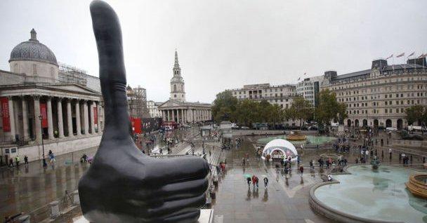 Gigantyczna dłoń na Trafalgar Square