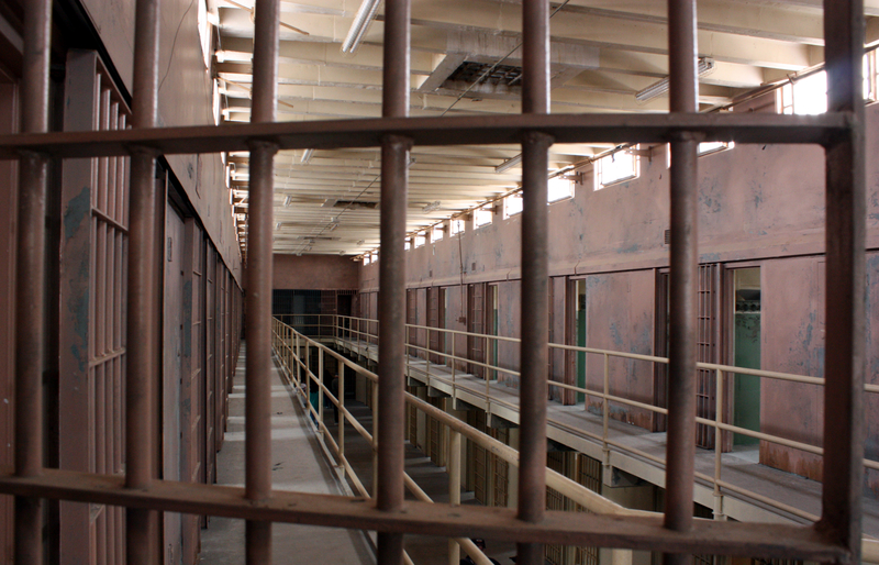Przez przypadek wypuszczono skazanego na 23 lata więzienia mężczyznę