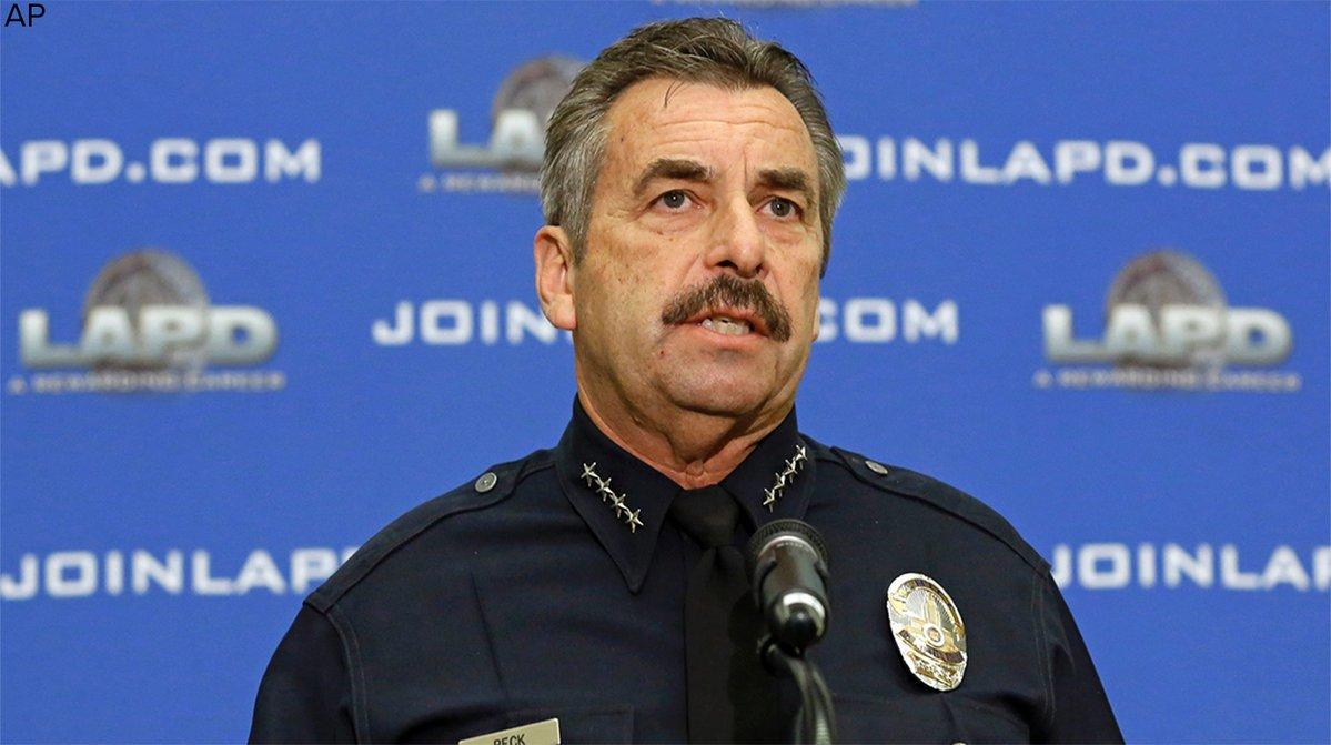 Kobieta rzuciła prochami zmarłej ciotki w stronę szefa policji w Los Angeles