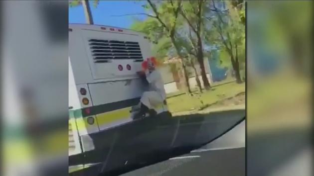 Klaun uczepił się autobusu w Detroit (wideo)