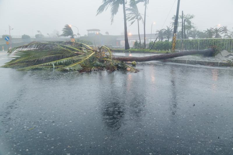 Wyspy Bahama: Huragan Dorian spowodował zniszczenia. Nieznacznie osłabł, zmierza w kierunku USA
