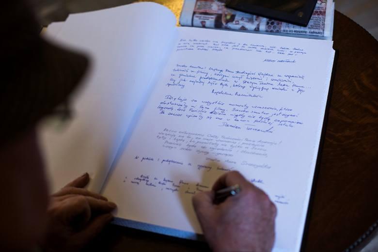 Księga kondolencyjna po śmierci Andrzeja Wajdy wystawiona w Krakowie