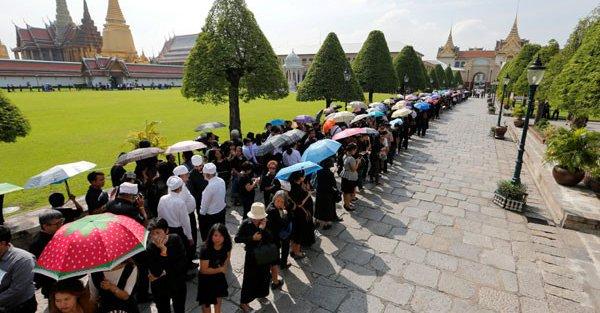 Żałoba w Tajlandii – wprowadzono kontrole sprzedaży czarnej odzieży