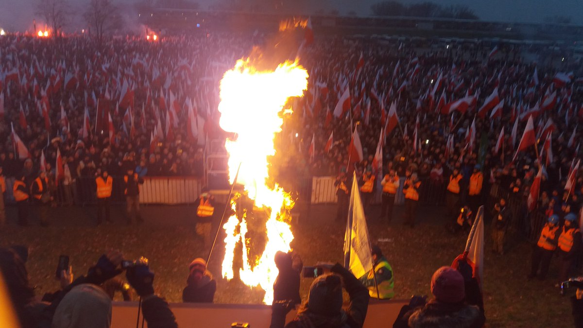 Policja zajmuje się spaleniem flagi Ukrainy podczas Marszu Niepodległości