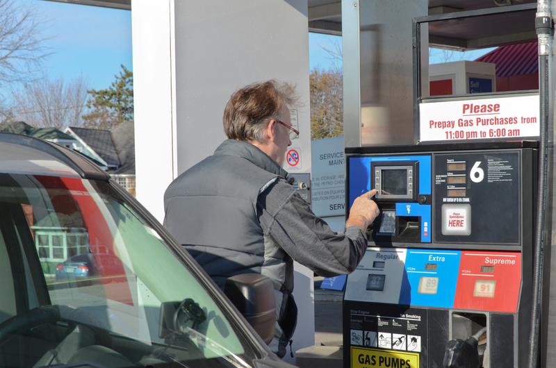 Uwaga na oszustów montujących na stacjach benzynowych czytniki kart kredytowych