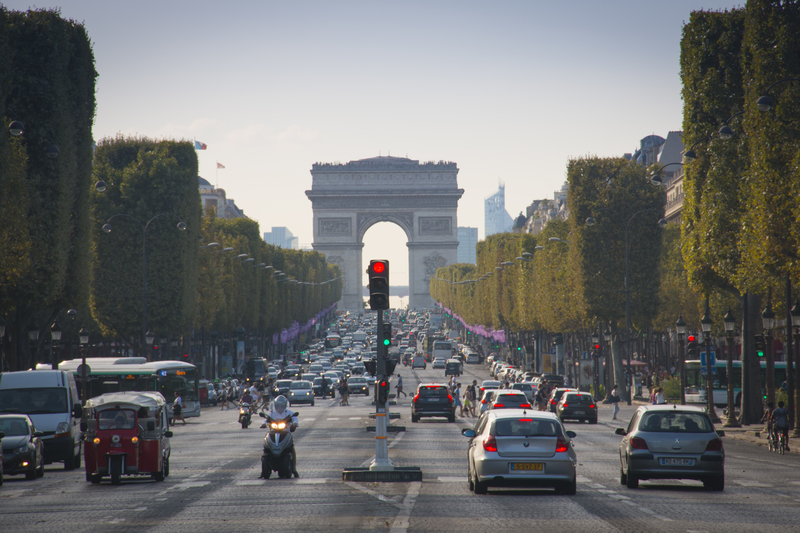 """Auto wjechało w żołnierzy w Paryżu. Lokalne władze: """"To było celowe działanie"""""""
